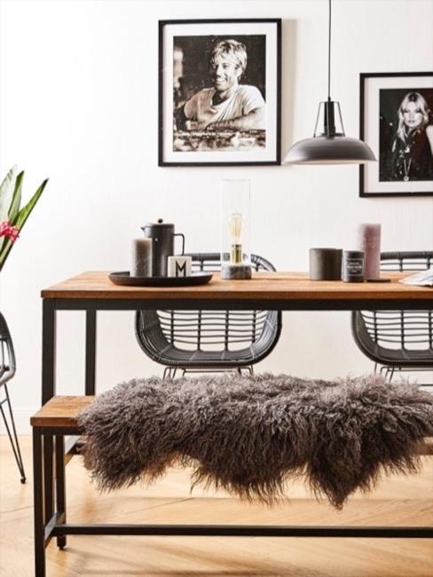Stół jadalny wykonany z drewna z ławką i futrem