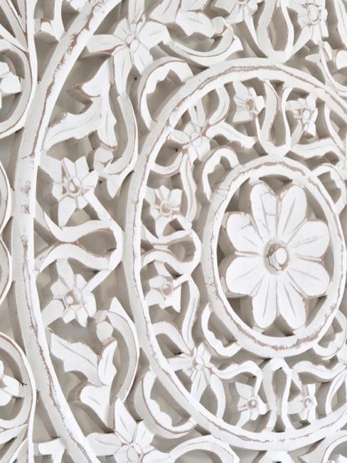 Gros plan sur un accessoire déco en bois à motifs indiens