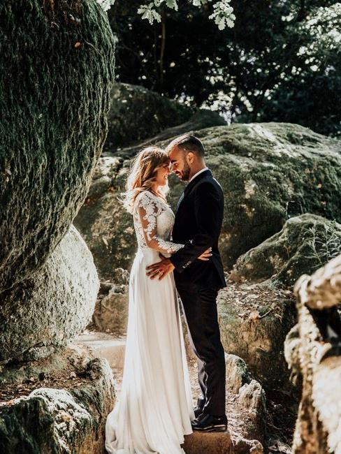 pareja de novios besnado en una boda
