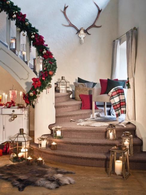 Escalier de Noël décoré avec guirlande de sapin de Noël