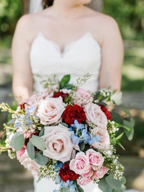 Bukiet weselny z czerwonymi detalami
