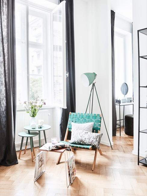 Salle de séjour avec meubles turquoise