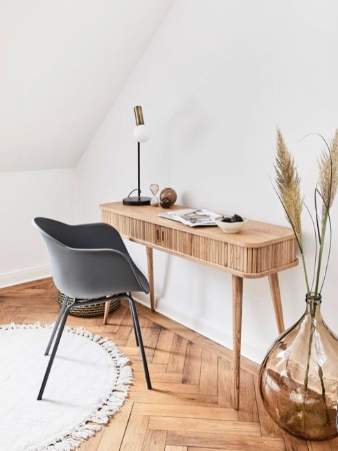 Schreibtisch im Home Office mit naturfarbener Deko