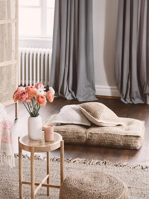 Salón con cortinas y un puf vintage