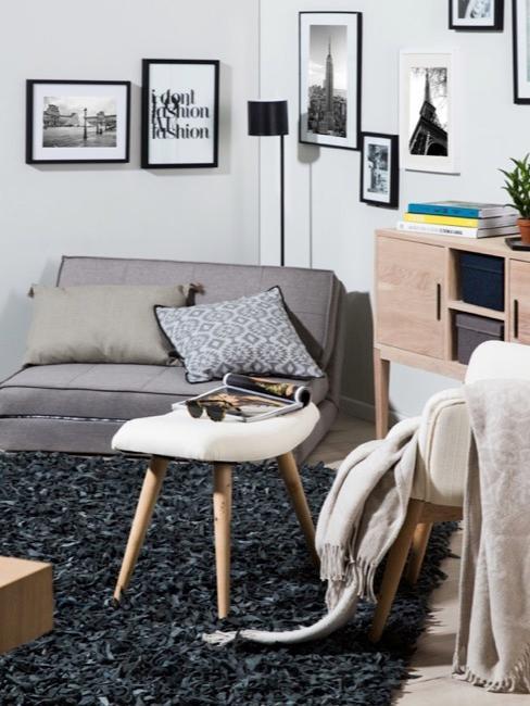 Młodzieżowy pokój z rozkładaną kanapą zamiast łóżka