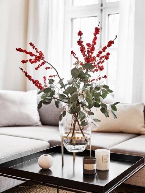 table basse avec fleurs en vase pour l'anniversaire