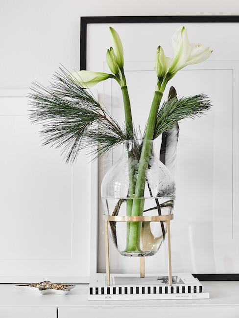 Fleurs dans un vase posé sur une enfilade comme cadeau pour un invité