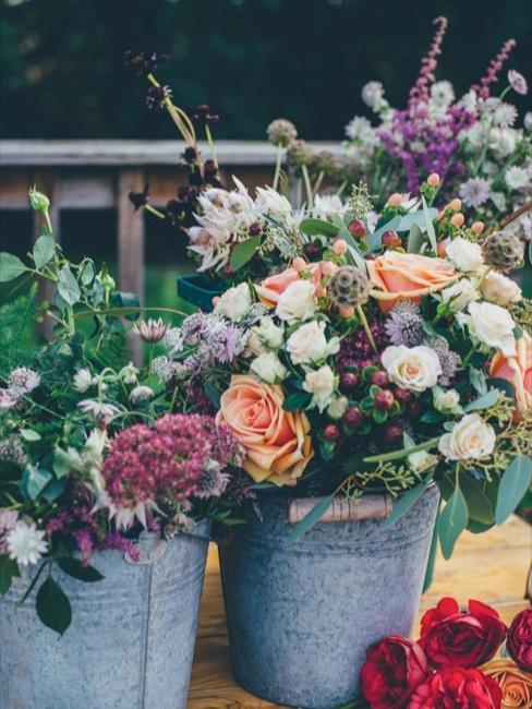 Différents types de fleurs dans un pot en métal