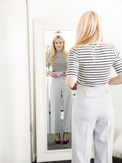 Delia vor Spiegel