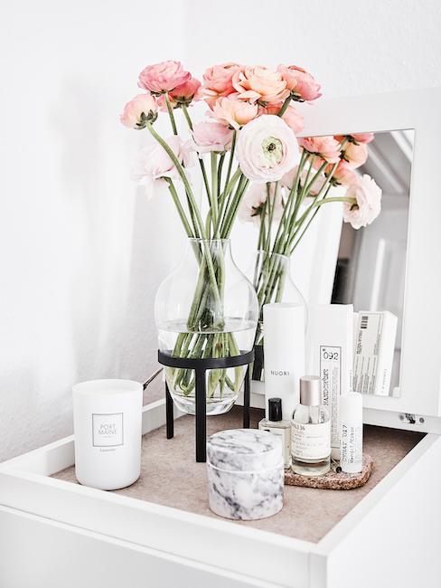 Schminkecke mit Blumenvase, Kerze und Pfelgeprodukten