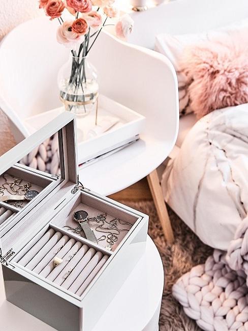 Schmuckschatulle auf einer Ablage im Schlafzimmer