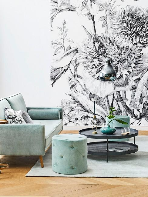 Salon z tapetą w kwiaty i miętowymi meblami