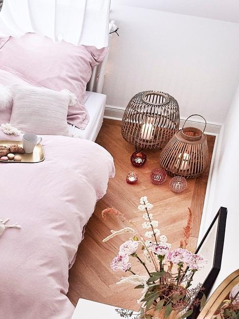 Laternen Deko im Schlafzimmer neben Bett