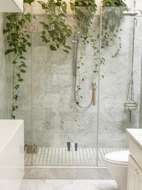 Luxus Badezimmer mit vielen grünen Pflanzen hängend von der Decke.