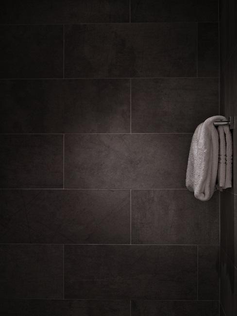 Dusche mit Fliesen aus Naturstein.