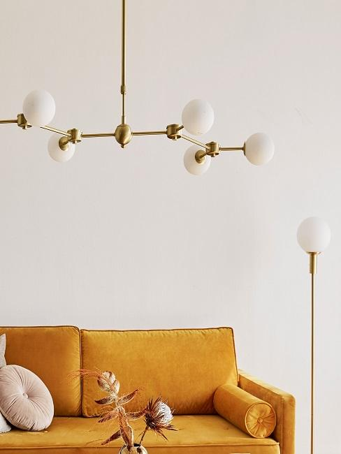 Lampe anschließen Wohnzimmer Pendelleuchte und gelbes Sofa