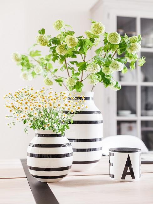 Frühlingsdeko Ideen mit Blumen in hübschen Vasen.