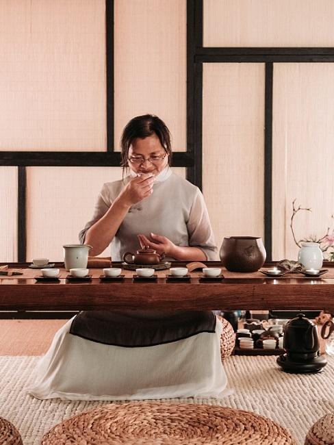 Teezeremonie japanische Frau, die Tee trinkt