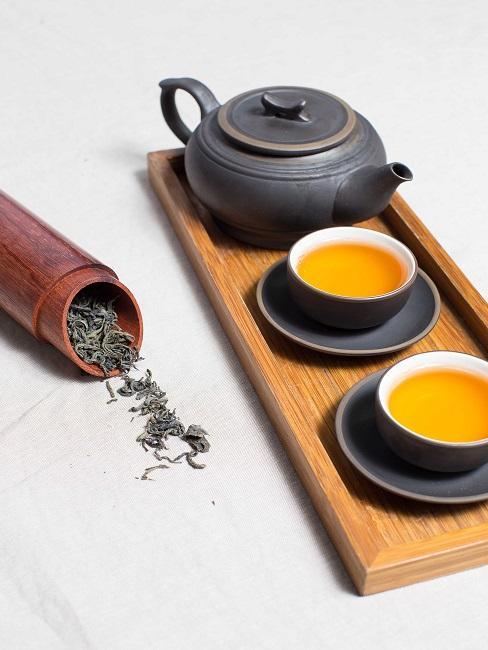 Teezeremonie Kanne und Tassen
