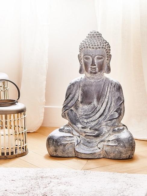 Buddha Statue auf dem Boden.
