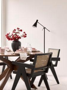 Esszimmer mit Stühlen aus Wiener Geflecht