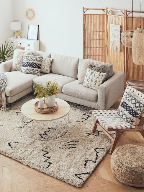 Salón decorado con muebles de bambu