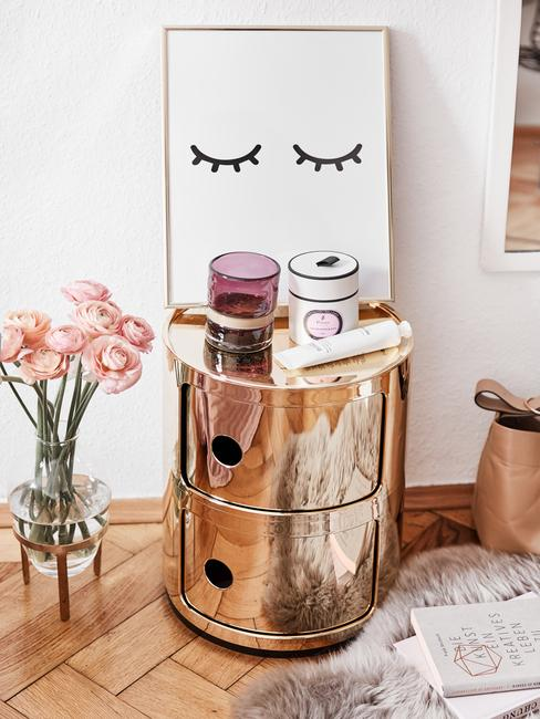 Mesilla auxiliar metalica dorada con jarrón transparente con flores