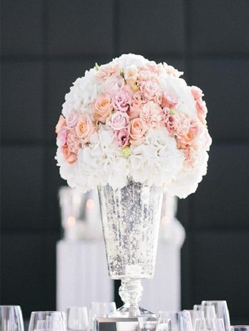 ramo de flores de boda en un jarrón alto