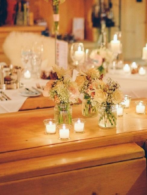 decoración de boda con velas tealight y portavelas de cristal
