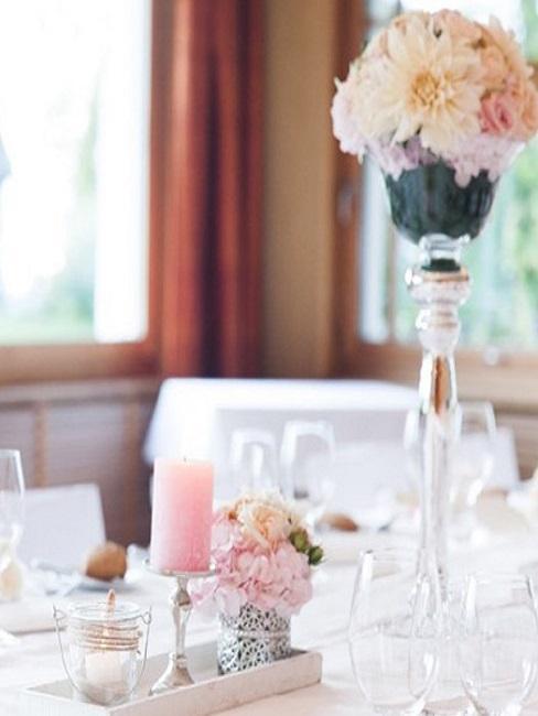 decoración de mesa de boda con velas y flores rosas