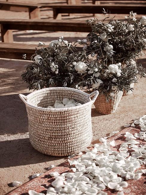 pétalos de rosa blancos en una cesta como decoración de boda