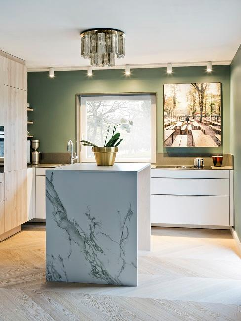 Cuisine moderne dans les tons vert clair, blanc, bois clair, ilot central en marbre