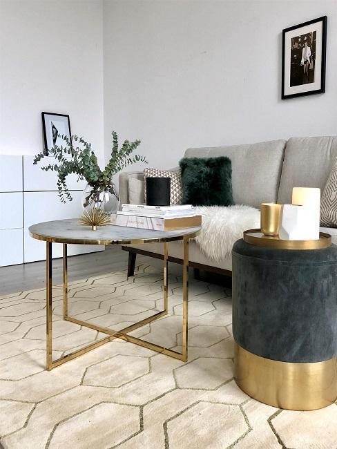 coin salon avec canapé gris et table s'appoint et le pouf gris-doré