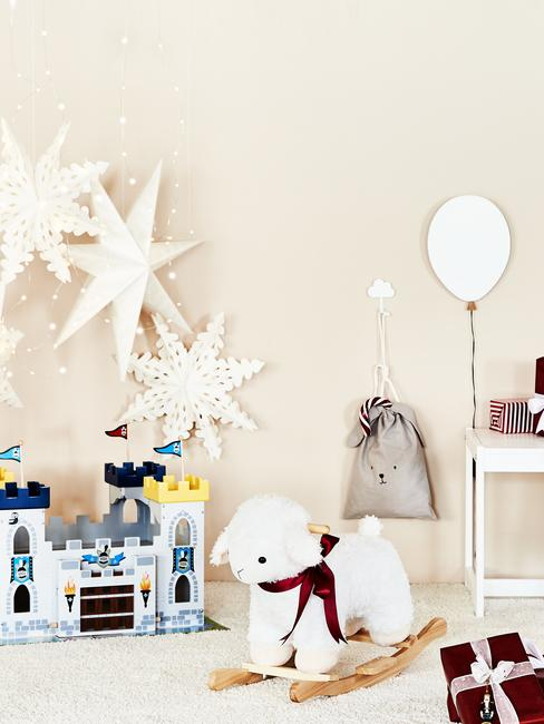 Chambre d'enfants avec un chateau Playmobil et un cheval de bois blanc