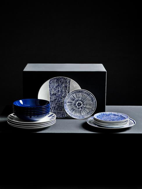 Soucoupes et assiettes bleues pour la cérémonie du thé