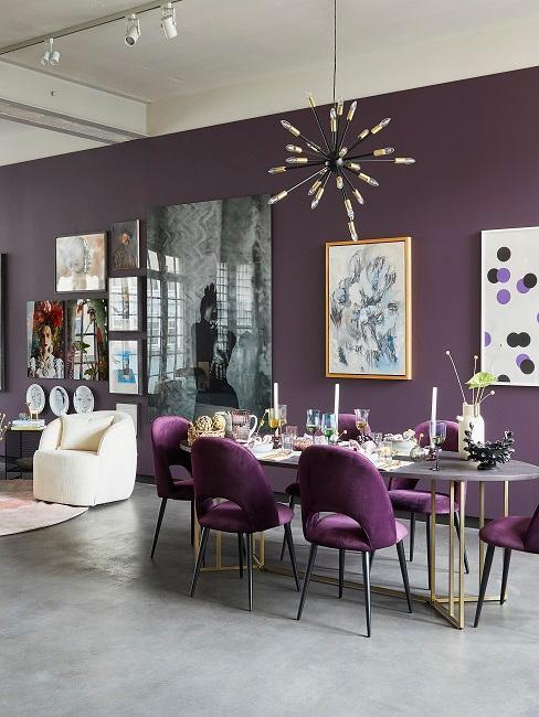 Salle à manger en style maximaliste et mur peint en mauve