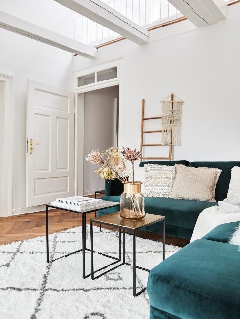 Salon décoration scandinave blanc et fauteuil vert