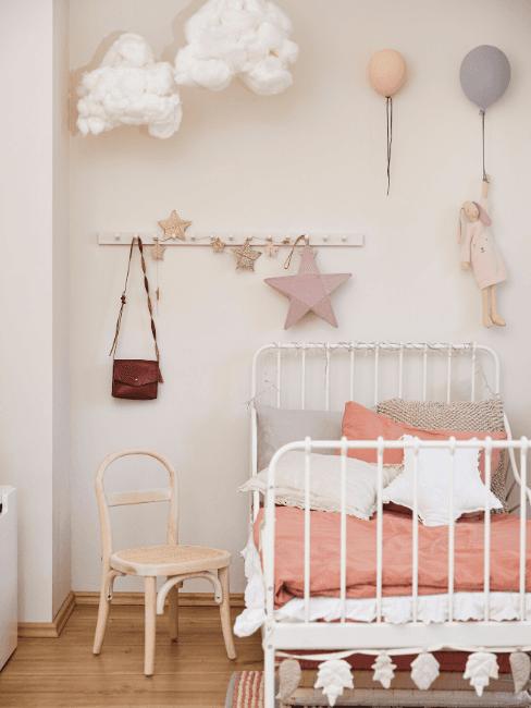 Cameretta con letto bianco e decorazioni