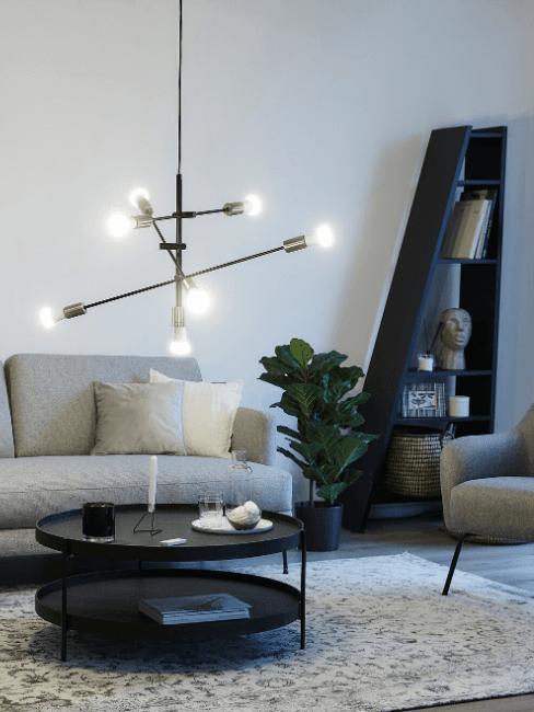 Soggiorno moderno con lampada a sospensione, divano grigio e tavolino tondo