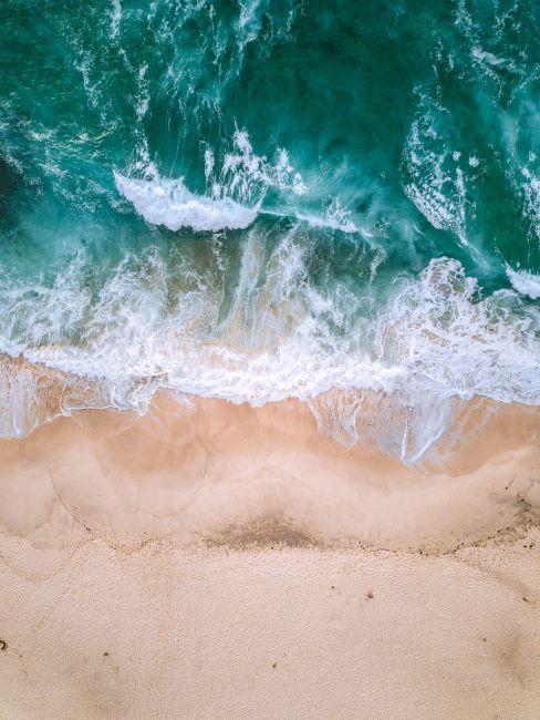 mare visto dall'alto con onde sulla spiaggia