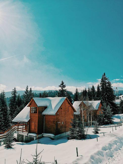 chalet in montagna in mezzo alla neve