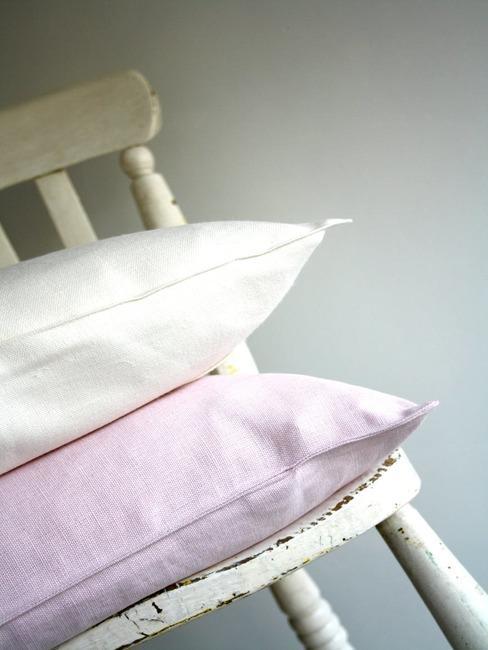 Białe drewniane krzesło z poduszkami