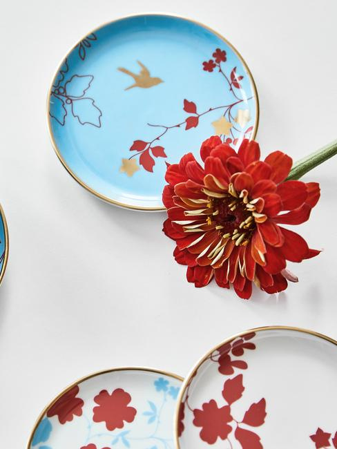 Niebieskie talerze z czerwonymi, kwiatowymi wzorami