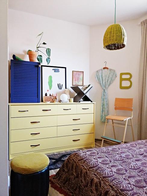 Sypialnia w mieszkaniu autorki bloga Style Recital. Żółta komoda, łóżko nakryte kapą i żółty żyrandol