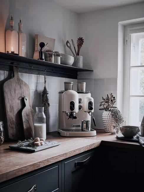 Ujęcia rogu kuchni z drewnianym blatem, ekspresem do kawy w odcieniach szarości