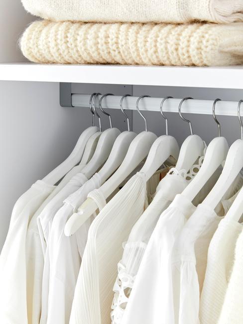 Damskie, jasne bluzki wiszące równo na wieszakach