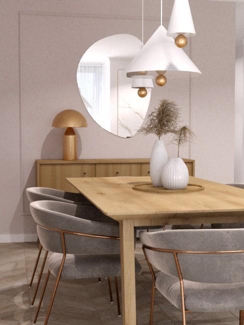 Nowoczesna jadalnia z drewnianym stołem, białymi wazonami z trawą ozdobą i lustrem