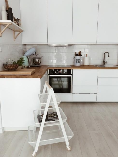 Biała kuchnia z drewnianymi blatami autorki bloga SIsters About