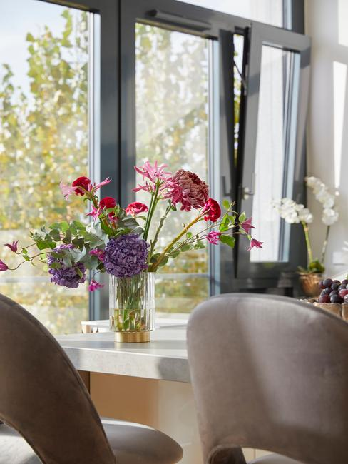 Fragment blatu w kuchni z wazonem z kwiatmami
