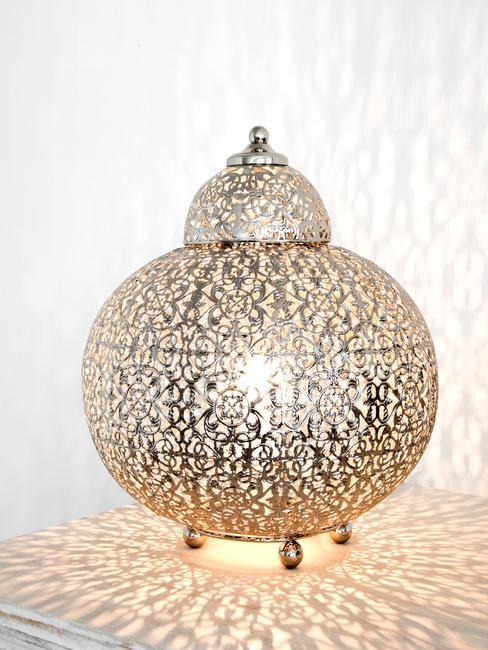 Lampa w stylu boho na stoliku